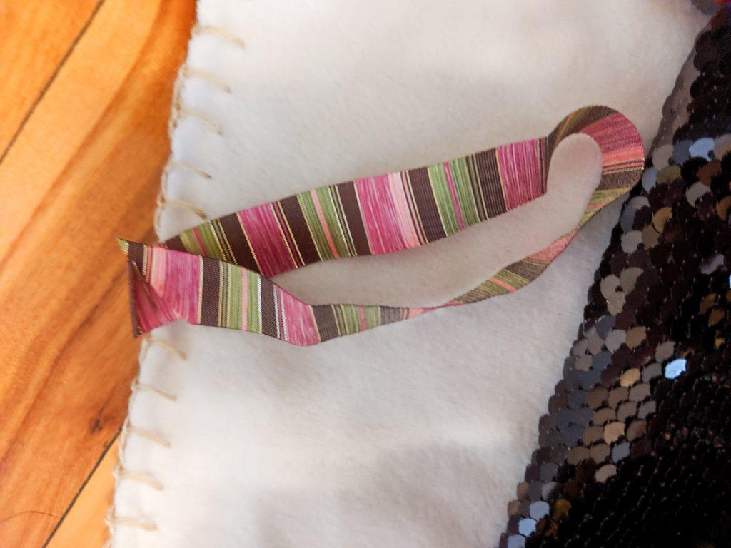 make loop with ribbon DIY sensory blanket Montreal lifestyle fashion beauty blog