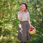 checkered skirt beret vintage retro fall fashion Quinn farm apple picking Montreal lifestyle fashion beauty blog 2
