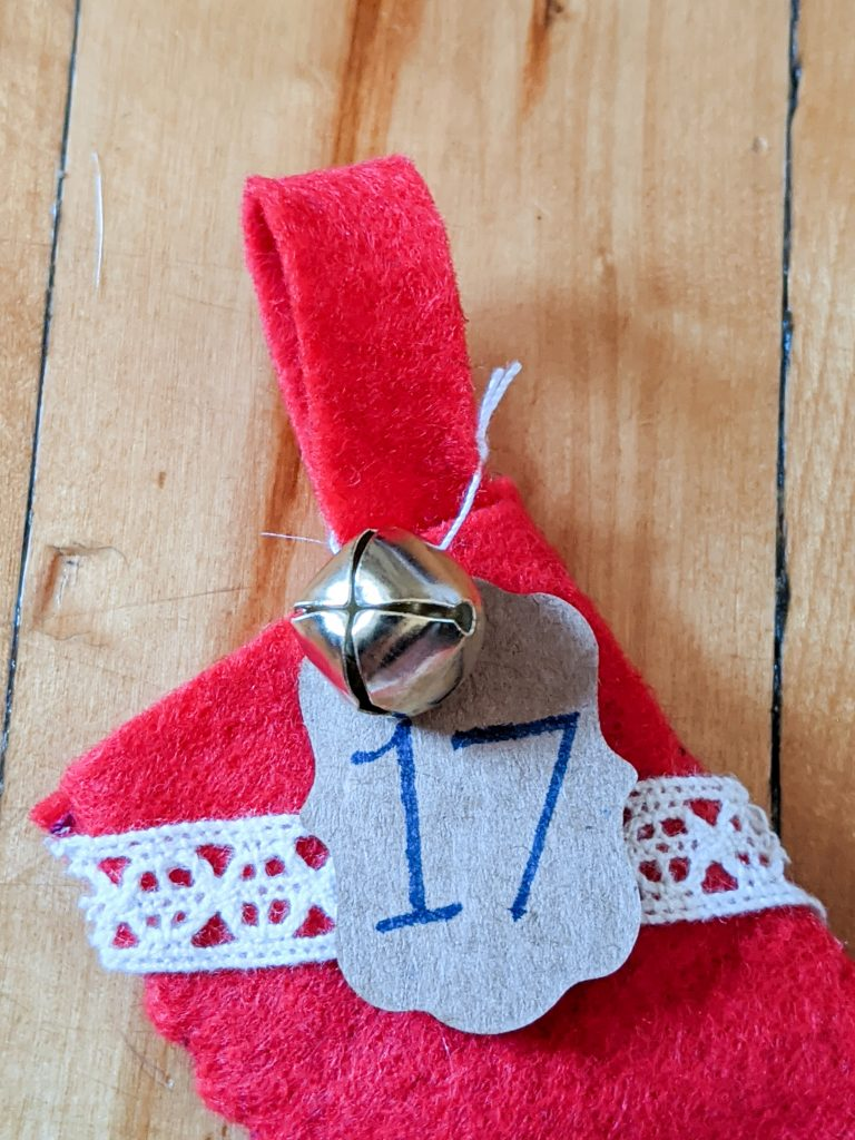 tie number to stocking holder DIY advent calendar Montreal lifestyle fashion beauty blog