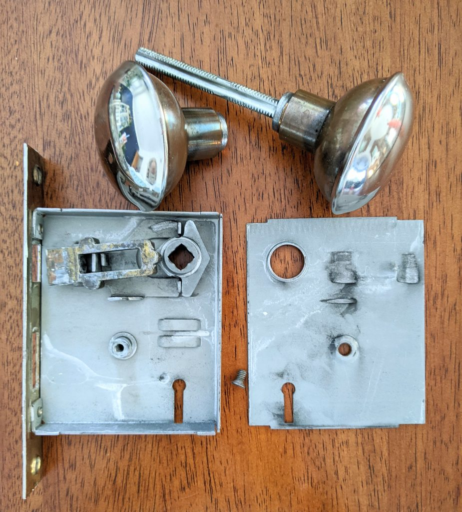 inside mortise door knob DIY door remodel makeover Montreal lifestyle fashion beauty blog